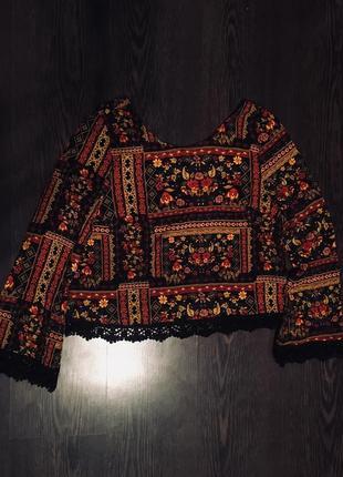 Яркая блуза в красивый принт и кружевом