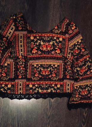Яркая блуза в красивый принт и кружевом3 фото