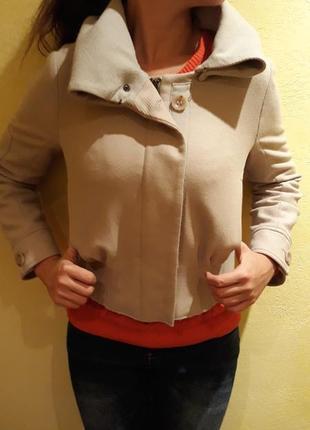 Бежевая куртка armani jeans