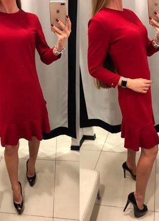 Плотное красное трикотажное платье с воланом mohito платье с рюшкой