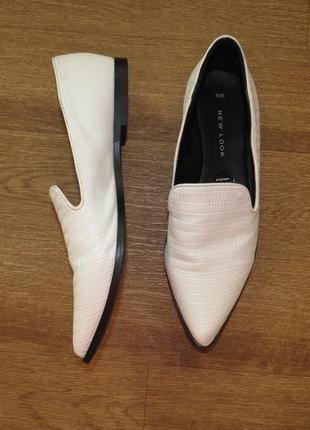 Стильные белые туфли с острым носком на низком каблуке /остроносые балетки