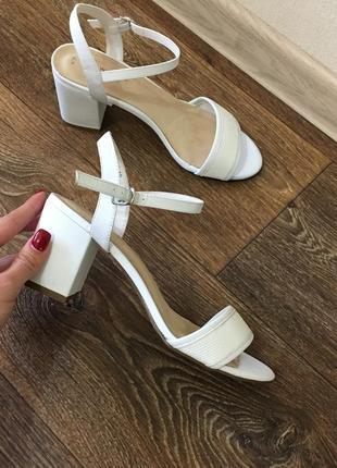 Белые босоножки на толстом каблуке