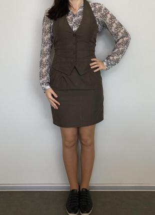 Серый костюм жилет и юбка