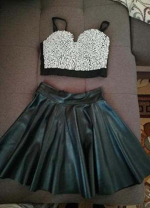 Костюм кожаная юбка и топ с бусинами