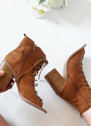 Шикарные ботильены босоножки на шнуровке.