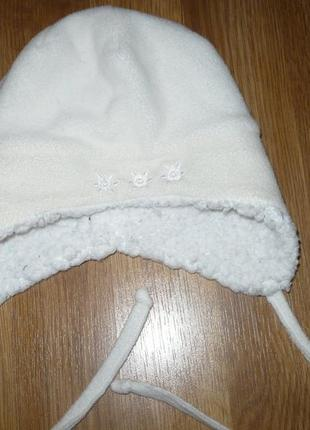 Шапка белая зимняя скорее молочная с тремя цветочками 43 объем