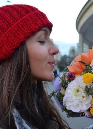 Красная вязаная шапка с помпоном