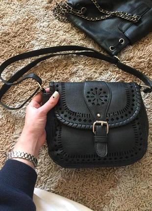 Перфорированная сумочка с ремешком.