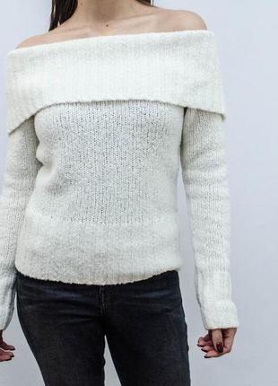 Милый и теплый свитер на плечах