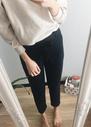 Актуальные базовые брюки на поясе