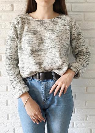 Серый свитер плотной вязки
