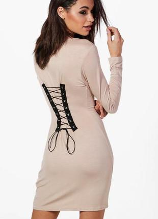 Актуальное платье со шнуровкой на спинке boohoo