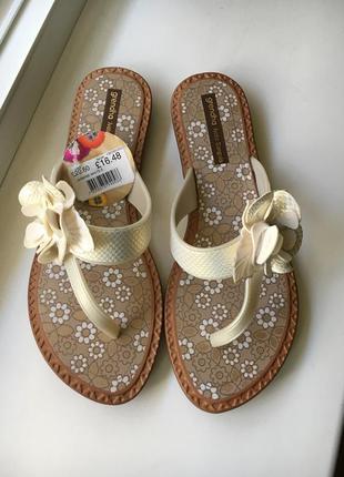 Оригинальные сандали сланцы шлёпанцы через палец grendha