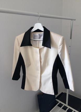 Приталенный черно-молочный пиджак андре тан andre tan
