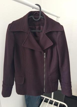Короткое пальто цвета бордо 70% шерсть