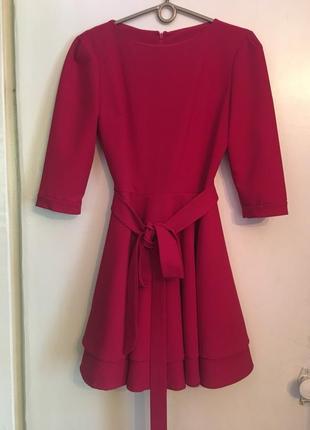 Красное платье с пышной двойной юбкой и поясом