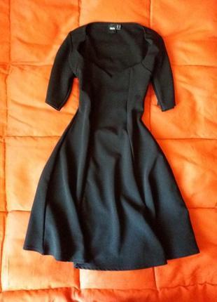 Качественное плотное платье с красивым декольте