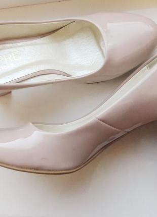 Шикарные лаковые нюдовые туфли натуральная кожа на среднем каблуке