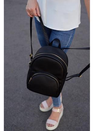 Черный рюкзак с золотой фурнитурой