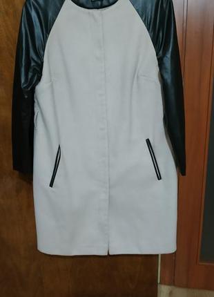 Бежевое пальто с рукавами с эко кожи