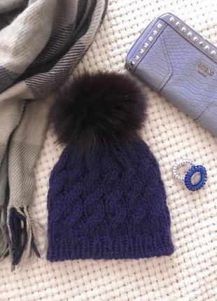 Вязанная шапка с меховым бубоном темно-синяя