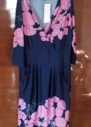 Красивое темно-синее платье с цветами