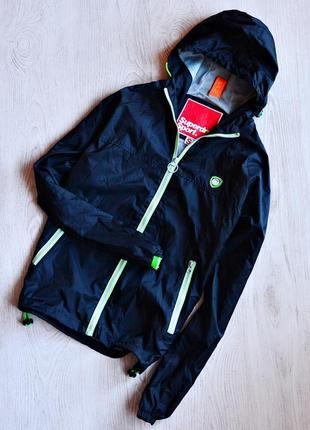 Классная черная куртка-ветровка superdry