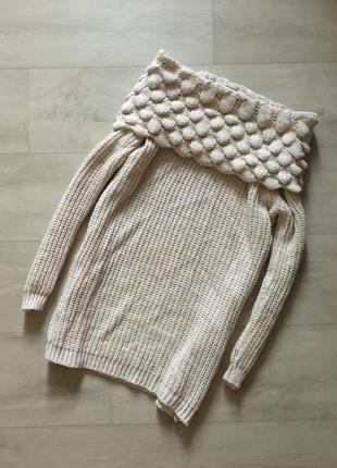 Красивый вязаный удлиненный свитер с красивыми плечами