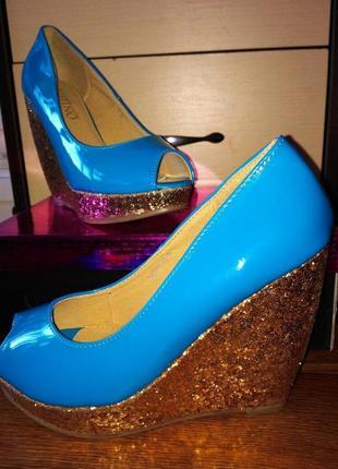 Розкішні туфлі з відкритим носком.