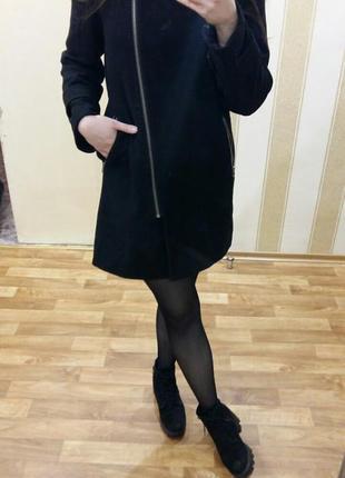 Черное базовое пальто на змейке