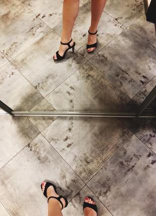 Чёрные классические босоножки на среднем устойчивом каблуке