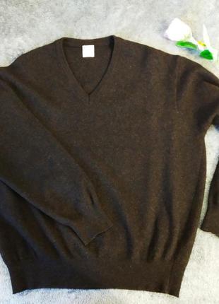 Дуже теплий светр темно-коричневого кольору.
