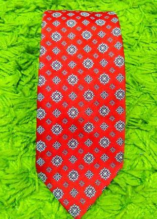 Красный галстук с орнаментом