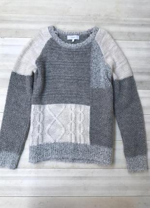 Актуальный свитер с эмитацией латки