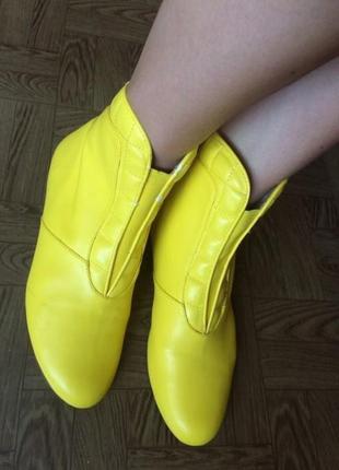 Желтые сапоги с не большим браком ( оссение ) 36 размер