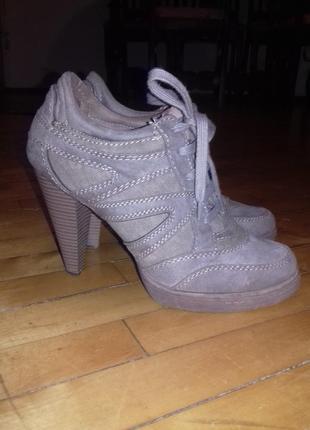 Интересные ботинки на шнуровке