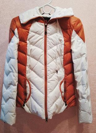 Зимняя короткая дутая куртка с капюшоном