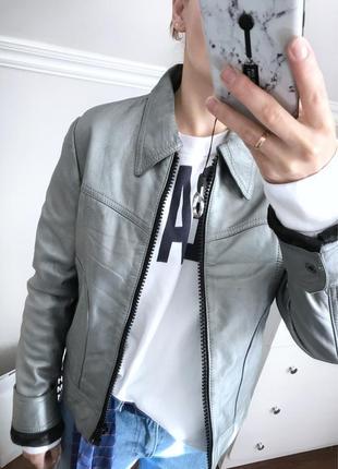 Супер стильная кожаная куртка серебро металлик