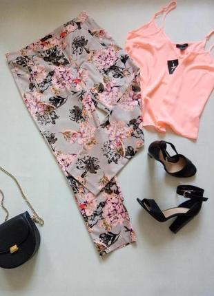 Трендовые цветные брюки чиносы с принтом в шикарные яркие цветы на сером фоне