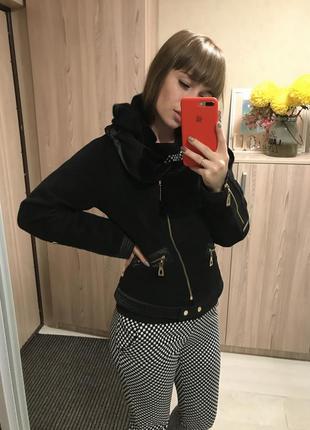 Чёрная драповая куртка со стриженным мехом на воротнике