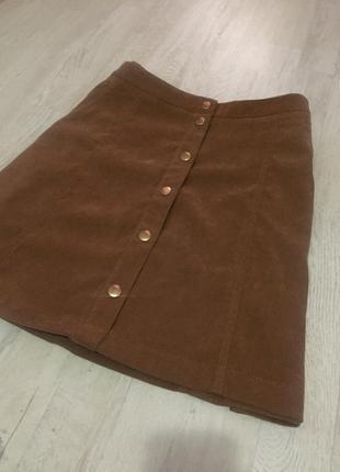 Замшевая коричневая юбка трапеция на золотых пуговицах спереди тренд