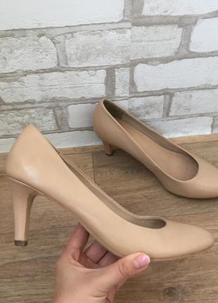 Бежевые туфли на среднем каблуке лодочки
