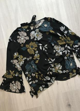 Шикарна блуза з рюшами на рукавах і зав'язками в квітковий принт