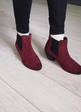 Замшевые ботинки челси на каблуке,бордовые сапоги