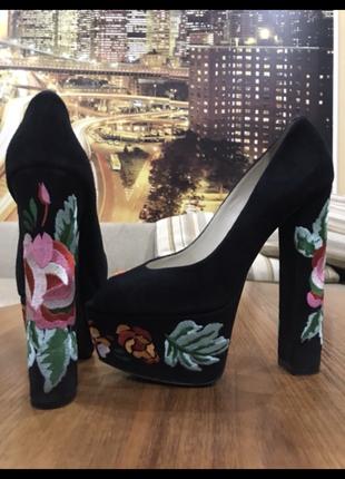 Крутые туфли с вышивкой