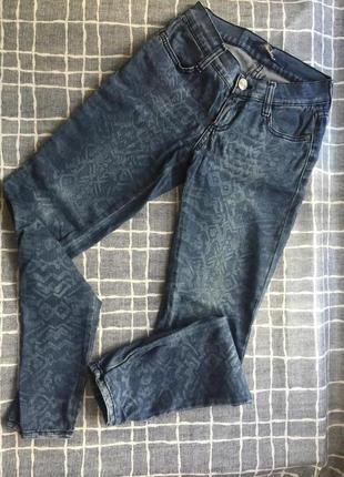 Узкие джинсы с принтом. xs-s