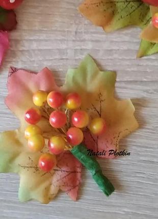 Украшение на праздник осени - заколка или брошь рябина