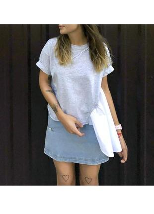 Женская асимметричная футболка серая с необычной белой оборкой сбоку из 100%ного хлопка5 фото