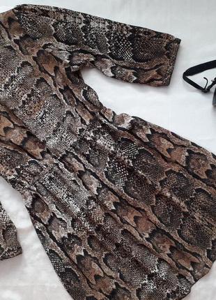 Интересное платье в змеиный принт