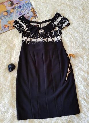 Стрейчевое классическое стройнящее платье миди с широким вырезом